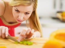 Ausschnittsalat der jungen Frau in der Küche Lizenzfreies Stockfoto