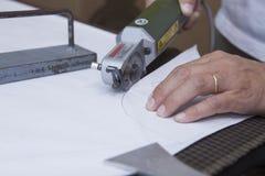 Ausschnittteile einer hergestellten Jacke entlang dem Musterentwurf Lizenzfreie Stockfotografie
