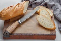Ausschnittvorstand mit Brot und Messer Stockbild