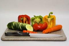 Ausschnittvorstand mit Gemüse Lizenzfreie Stockfotografie