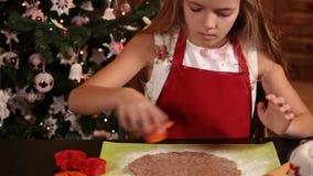 Ausschnittweihnachtsplätzchen des kleinen Mädchens vom Teig stock video