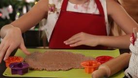 Ausschnittweihnachtsplätzchenformen des kleinen Mädchens stock video