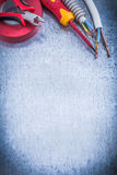 Ausschnittzangen isolierten turnscrew gewelltes Rohrdraht protecti Lizenzfreie Stockfotografie