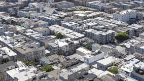Aussichten über den Spielzeug ähnlichen Dachspitzen, Häuser und Straßen, Vogelperspektive der eleganten Nachbarschaft von Coit-Tu Lizenzfreies Stockbild