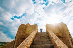 Aussichtsplattform von einem Stein auf Hintergrund des Himmels Stockfotos