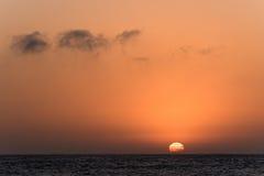 Ausspülen von Sun über dem Ozean stockbilder