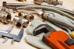 Ausstattung und zwei justierbare Schlüssel für Installationsarbeiten Lizenzfreies Stockfoto
