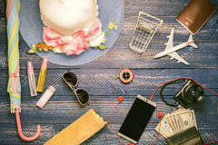 Ausstattungen und Zubehör des Reisenden auf blauem hölzernem Hintergrund, VI lizenzfreie stockfotos