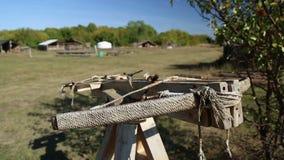 Ausstellung der alten hölzernen Armbrust stock video footage