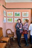 Ausstellung der Zeichnungen der Kinder im Museum-Zustand des AR Stockbild