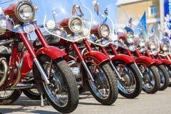 Ausstellung des alten sowjetischen Motorrades JAVA draußen während des Feiertags des Tages die Stadt von Tscheboksary Stockbilder