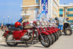 Ausstellung des alten sowjetischen Motorrades JAVA draußen während des Feiertags des Tages die Stadt von Tscheboksary Stockfoto
