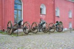 Ausstellung Russlands St Petersburg im Juli 2016 von alten Kanonen und von Aufladung einer Wachsfigur Stockfotos
