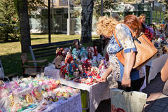 Ausstellung-Verkauf von Puppen und von handgemachten Andenken auf den Straßen d Stockfotografie