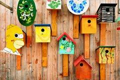 Ausstellung von artsy Vogelhäusern stockfoto