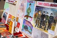 Ausstellung von Buch- und Kinderzeichnungen über Krieg auf Bank herein Lizenzfreie Stockfotos