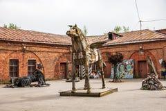 Ausstellung von den Kunstgegenständen geschaffen vom Haushalt und von den Industrieabfällen, Kronstadt, Russland Stockfotografie