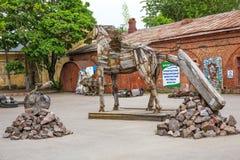 Ausstellung von den Kunstgegenständen geschaffen vom Haushalt und von den Industrieabfällen Nachbarschaft des St Petersburg Lizenzfreie Stockfotos