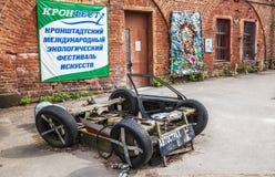Ausstellung von den Kunstgegenständen geschaffen von den Abfällen, Kronstadt, Russland Stockfotos