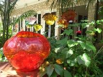 Ausstellung von Glasskulpturen in einem botanischen Garten Stockfotografie