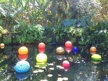 Ausstellung von Glasskulpturen in einem botanischen Garten Stockfotos