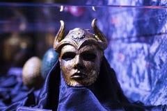 Ausstellung von Kostümen und von Stützen vom Film ` The Game von Throne ` in den Voraussetzungen des Seemuseums von Barcelona Stockbild