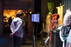 Ausstellung von Kostümen und von Stützen vom Film ` The Game von Throne ` in den Voraussetzungen des Seemuseums von Barcelona Stockfotografie