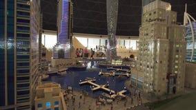 Ausstellung von Modelle Dubai-Jachthafen, der von Lego gemacht wird, bessert in Miniland Legoland Gesamtlänge Dubai-Parks und -er stock video footage