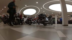 Ausstellung von Motorrädern, Zeitspannevideo, die Kamera niedrig auf dem Boden stock footage