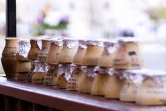 Ausstellung von Töpfen mit testi Kebab auf einer Tabelle Stockfoto