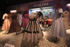 Ausstellung von Weinlesekleidern Stockbilder