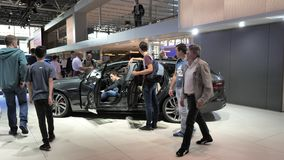 Ausstellungs-mondial Paris-Bewegungscar show mit neuem Jaguar XS stock video