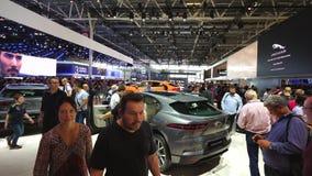 Ausstellungs-mondial Paris-Bewegungscar show mit neuem schreite ich Jaguar stock footage