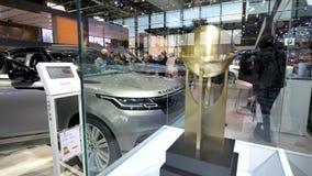 Ausstellungs-mondial Paris-Bewegungscar show mit Neuland Rover Velar stock video footage
