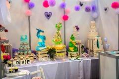 Ausstellungslinie von festlichen schönen Kuchen auf verschiedenen Themen Lizenzfreies Stockfoto