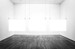 Ausstellungsraum mit Abbildungen und weißem Hintergrund Lizenzfreie Stockfotografie