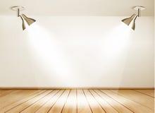 Ausstellungsraum mit Bretterboden und zwei Lichtern Stockfoto