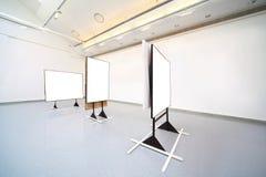 Ausstellungsraum mit großen Abbildungen der weißen Farbe Lizenzfreies Stockfoto