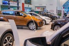 Ausstellungsraum und Auto der Verkaufsstelle Kia in Kirow-Stadt im Jahre 2016 Lizenzfreies Stockbild