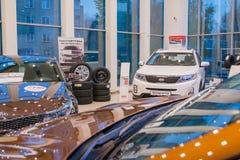Ausstellungsraum und Auto der Verkaufsstelle Kia in Kirow-Stadt im Jahre 2016 Stockfoto