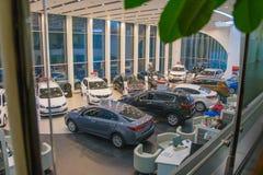 Ausstellungsraum und Auto der Verkaufsstelle Kia in Kirow-Stadt im Jahre 2016 Lizenzfreie Stockfotos