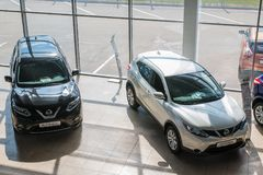 Ausstellungsraum und Auto der Verkaufsstelle Nissan in Kirow-Stadt im Jahre 2017 Stockfotos