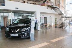 Ausstellungsraum und Auto der Verkaufsstelle Nissan in Kirow-Stadt im Jahre 2017 Stockfotografie