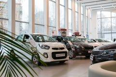 Ausstellungsraum und Auto KIA der Verkaufsstelle Kia-Zentr Kirow in Kirow-Stadt Stockfotos
