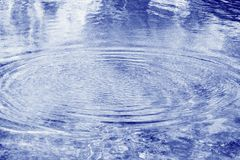 Ausstrahlen der Kräuselungen auf blauem Wasser Stockbild