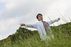 Ausstreckende Arme des Mannes in der Natur Stockbilder