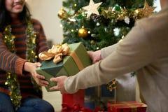 Austausch der Geschenke stockbilder