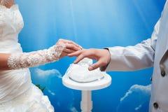 Austausch der Hochzeitsringe Stockfoto