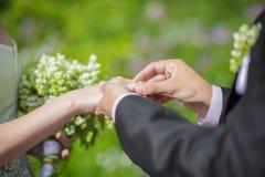 Austausch der Hochzeitsringe Stockfotografie