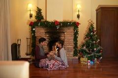 Austausch der Weihnachtsgeschenke lizenzfreies stockbild